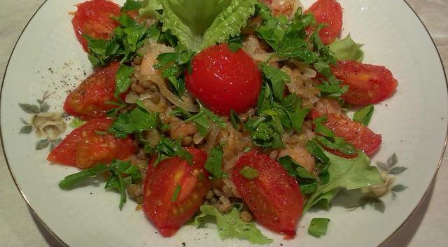Теплий салат з сочевицею і креветками