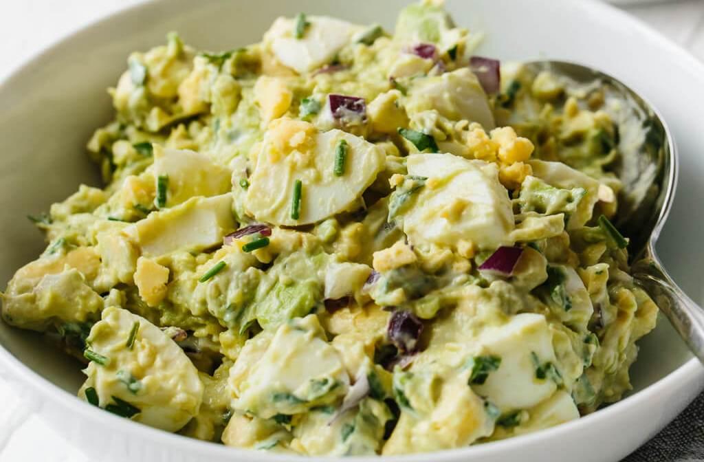 Салат з авокадо і яйцями