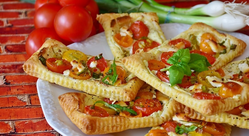 Тарталетки з томатами і соусом песто