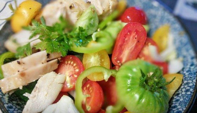 Гострий салат з куркою та помідорами