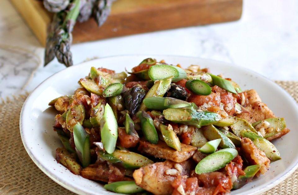 Східний салат Фаттуш з помідорами та спаржею