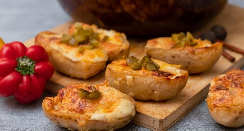 Запечена картопля з сиром і беконом