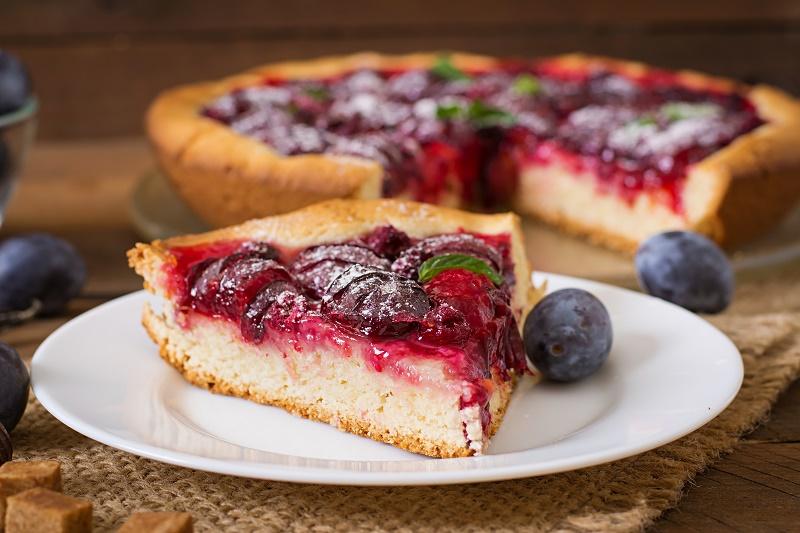 delicious-cake-with-fresh-plums-raspberries.jpg (175.09 Kb)