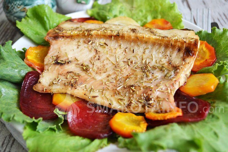 Риба, запечена на овочевій подушці