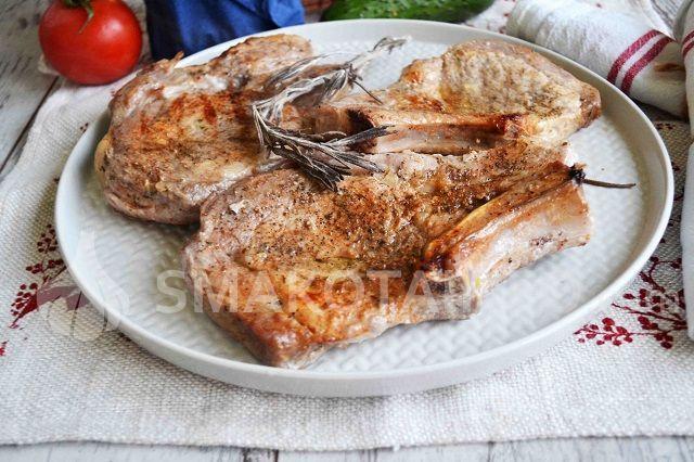 Стейки зі свинини на кістці