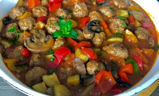 Фрикадельки з овочами