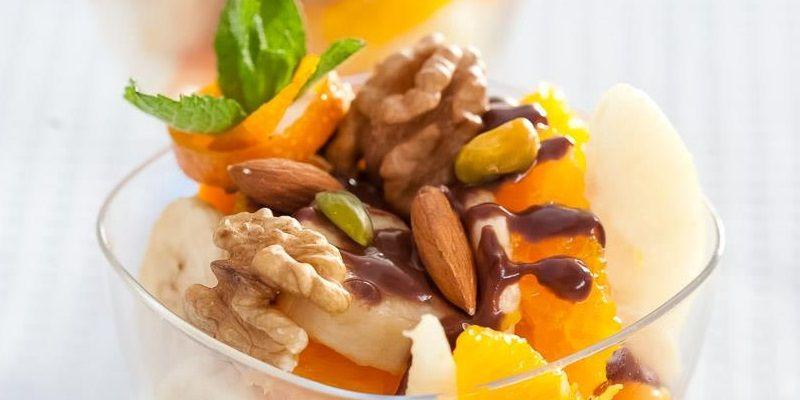 Фрукти з шоколадним соусом