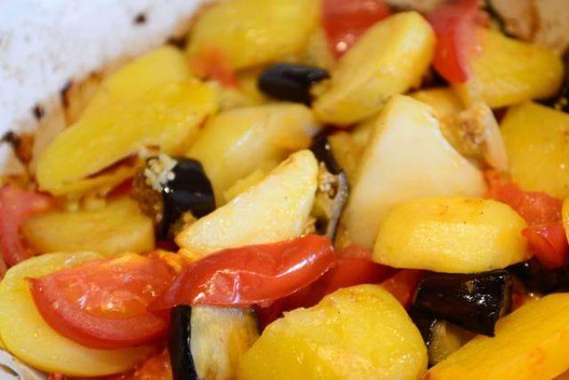 Картопля запечена з баклажанами та помідорами