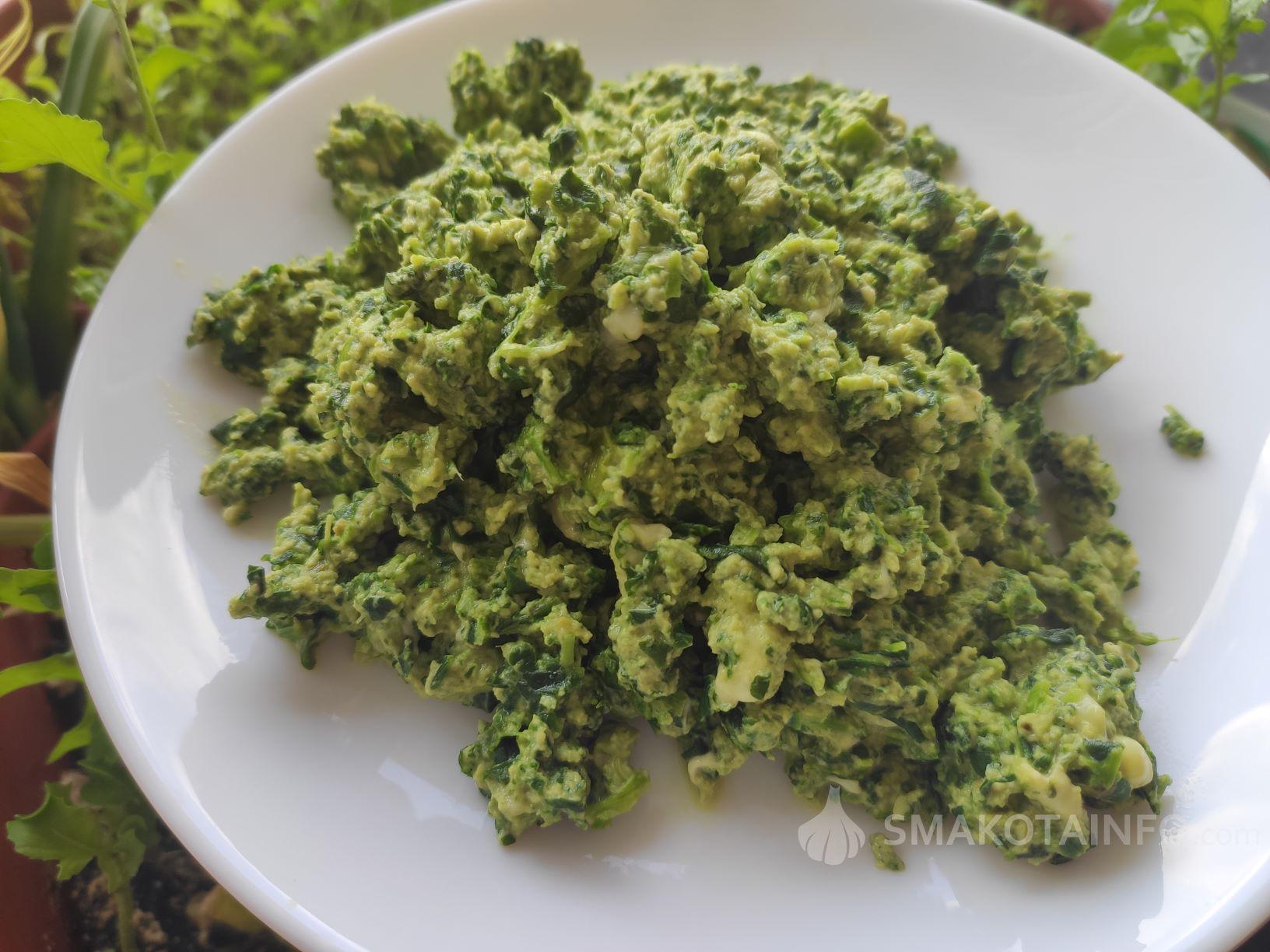 Корисний сніданок - зелений шпинат з яйцем