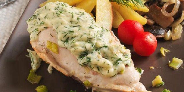 Куряче філе під сирним соусом з картоплею і грибами