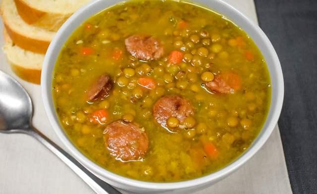 Суп із сочевицею та гострими ковбасками в горщику