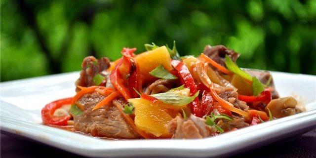 М'ясо запечене з овочами в рукаві