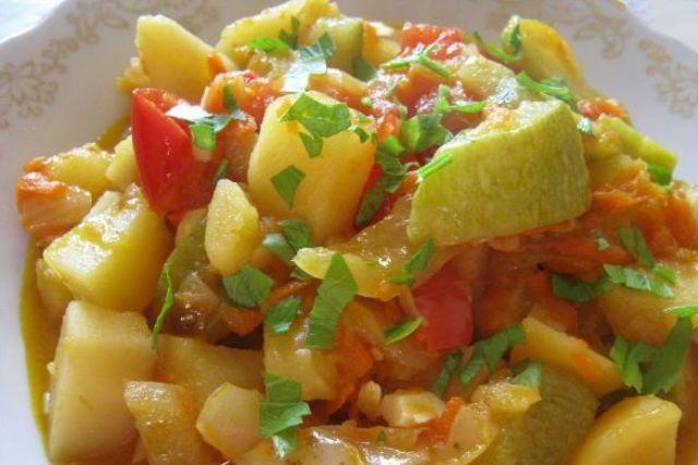 Овочеве рагу з кабачками та картоплею