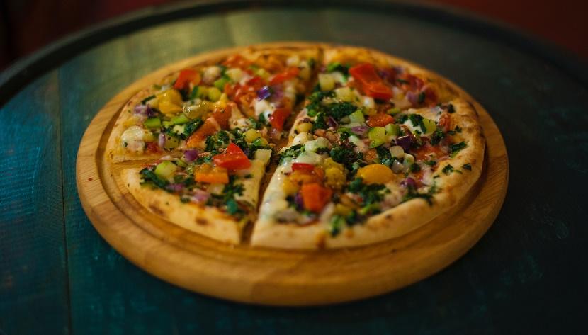Швидка піца з перцем, цукіні і червоною цибулею
