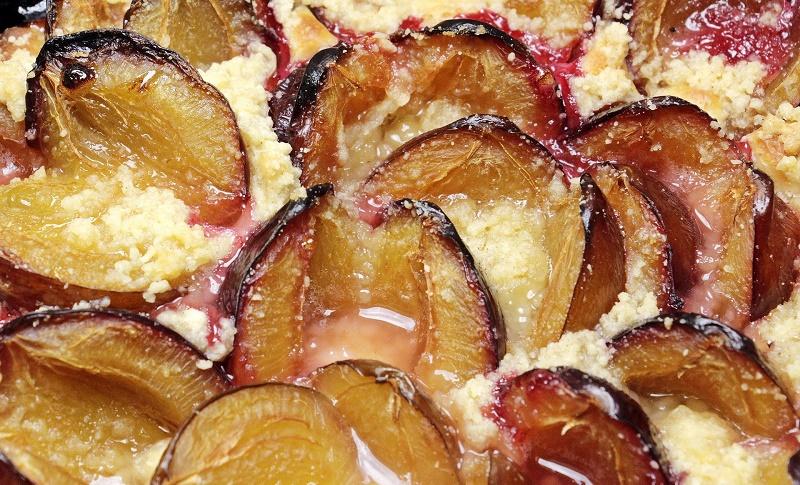 Сливовий пиріг з сметанною заливкою