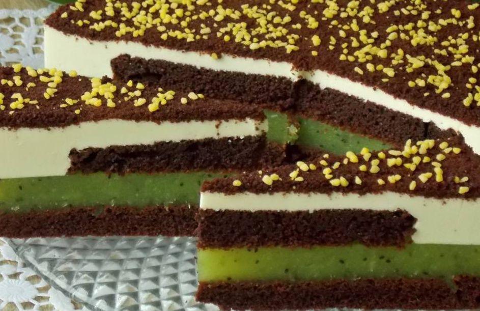 Простий шоколадний торт з ківі