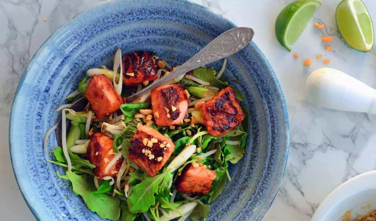 Салат з лососем і руколою