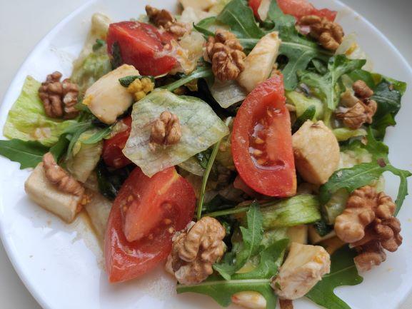 Салат з руколою, моцареллою та горіхами, заправлений солодкуватим соусом
