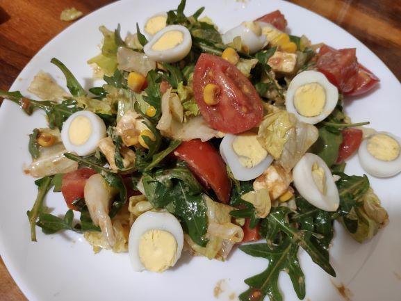 Салат з руколою, помідорами чері та перепелиними яйцями