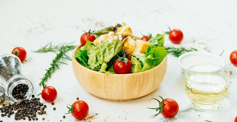 Грецький салат зі смаженим сулугуні