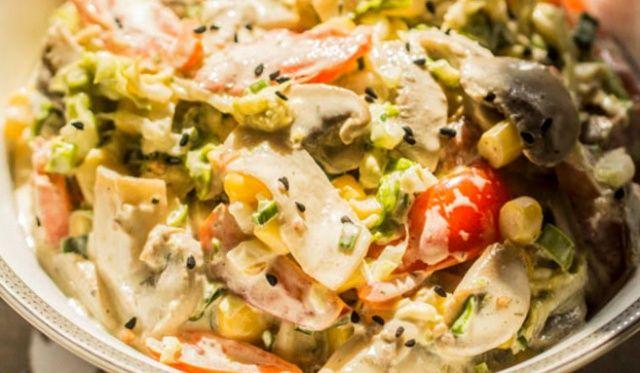 Салат вітамінний з капустою та печерицями