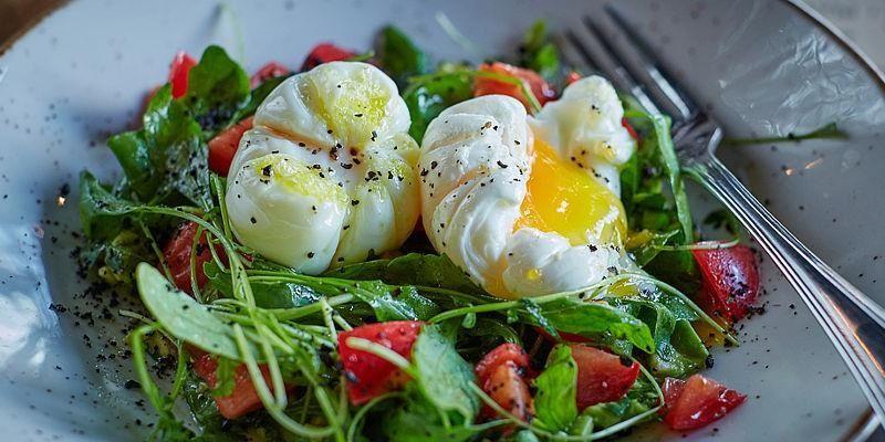 Салат з авокадо і яйцем пашот
