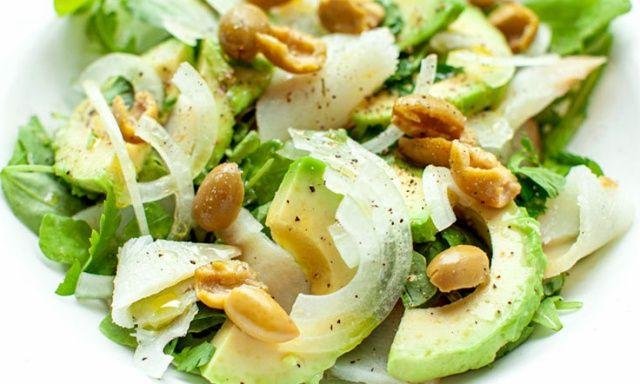 Салат з авокадо, копченою рибою та оливками
