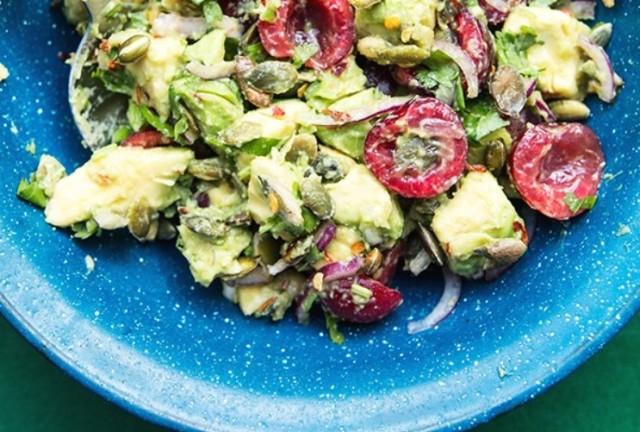Салат з черешнею та авокадо