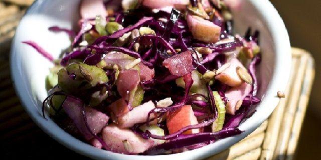 Салат з червоної капусти, яблук і селери