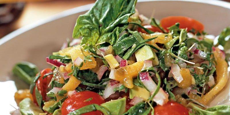 Салат з хурмою та авокадо