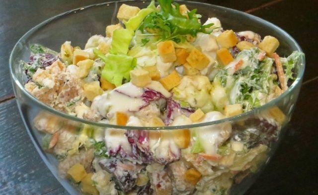 Салат з куркою, сиром фета та сухариками