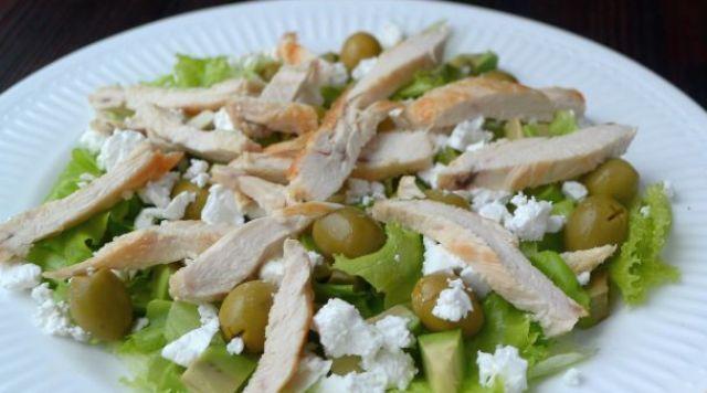 Салат з куркою, авокадо і бринзою