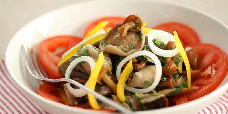 Салат з маринованих грибів з овочами