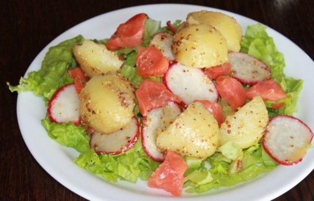 Салат з молодої картоплі