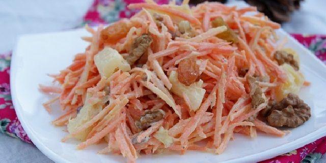 Салат з моркви та родзинок
