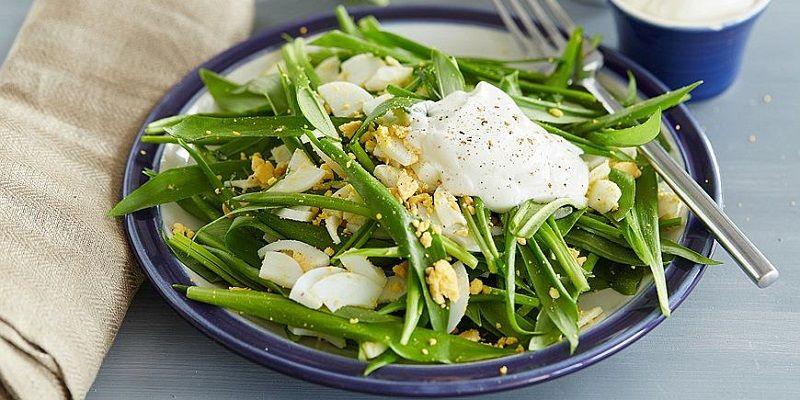 Салат з яйцями і черемшою