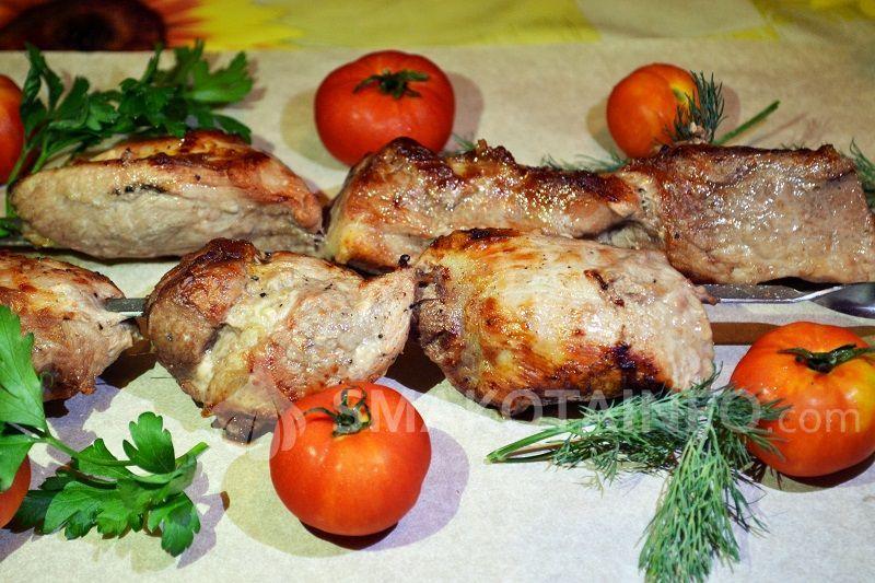 Шашлик зі свинини на мангалі