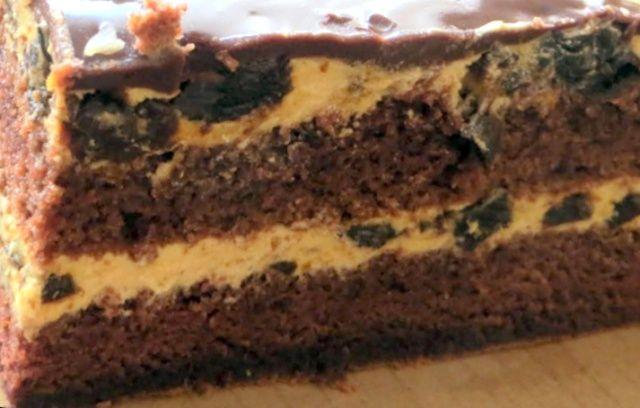 Шоколадний пляцок з чорносливом