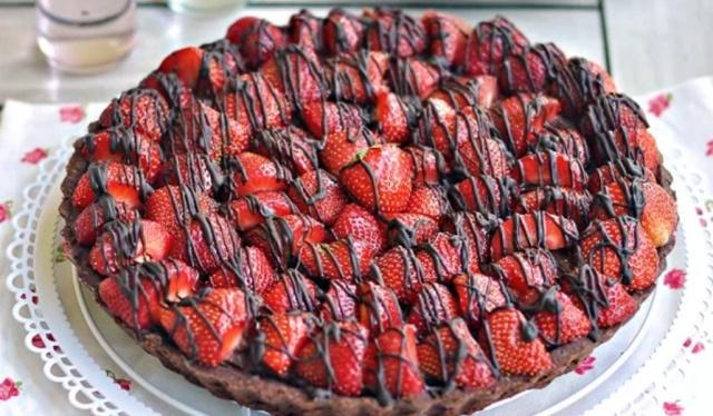 Шоколадний тарт з полуницею