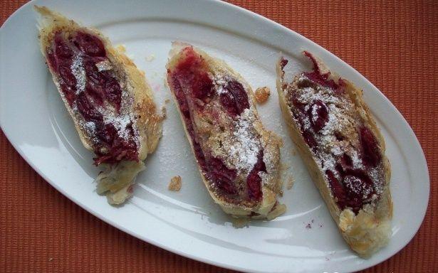 Легкий у приготуванні штрудель з вишнями та волоськими горіхами