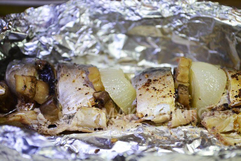 Скумбрія у духовці з грибами та цибулею