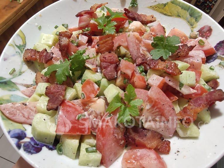 Смачний овочевий салат з беконом