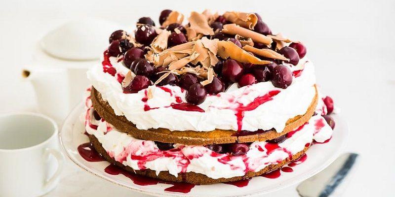 Сметанковий торт з вишнею