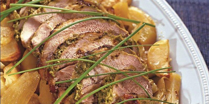 Свинина, запечена в духовці з картоплею і цибулею