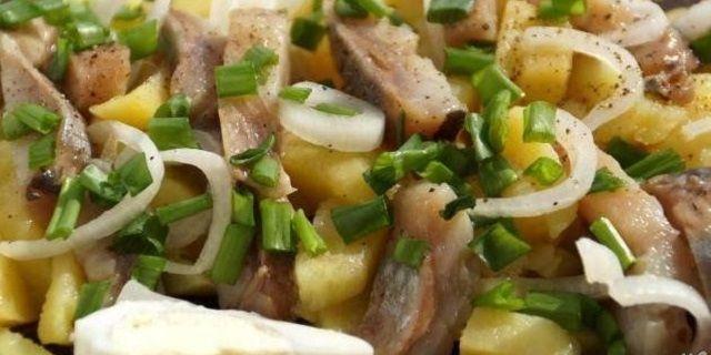 Теплий картопляний салат з оселедцем