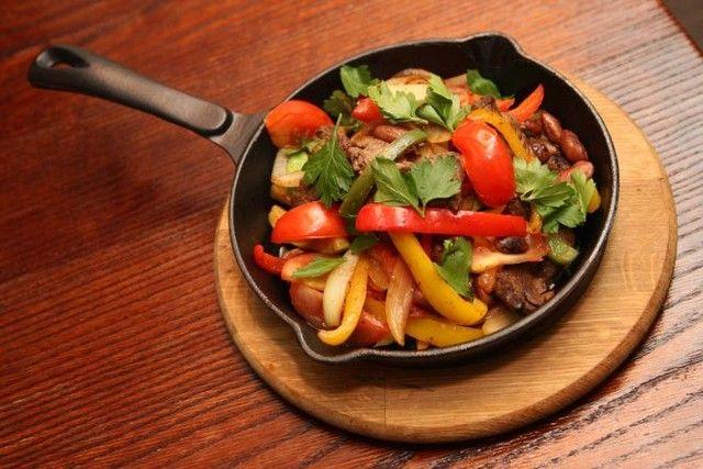 Теплий салат із куркою та овочами