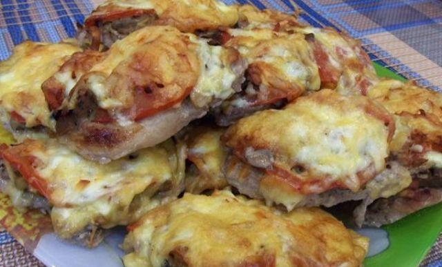 Відбивні по французьки - з грибами, помідорами і сиром