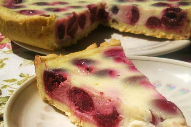 Вишневий пиріг зі сметанною заливкою