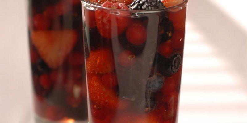 Ягоди в желе з рожевого вина