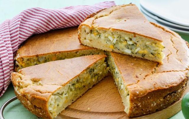 Заливний швидкий пиріг з молодою білокачанної капустою, кропом і яйцем